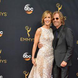 Felicity Huffman y su marido William H. Macy en la alfombra roja de los Premios Emmy 2016