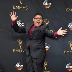 Rico Rodriguez saltando en la alfombra roja de los Premios Emmy 2016