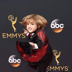 Jeremy Maguire en la alfombra roja de los Premios Emmy 2016