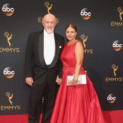 Jonathan Banks junto a su mujer en la alfombra roja de los Premios Emmy 2016