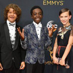 Gaten Matarazzo, Caleb McLaughlin y Millie Bobby Brown de 'Stranger Things' en la alfombra roja de los Premios Emmy 2016