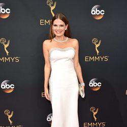 Suzanne Cryer en la alfombra roja de los Premios Emmy 2016