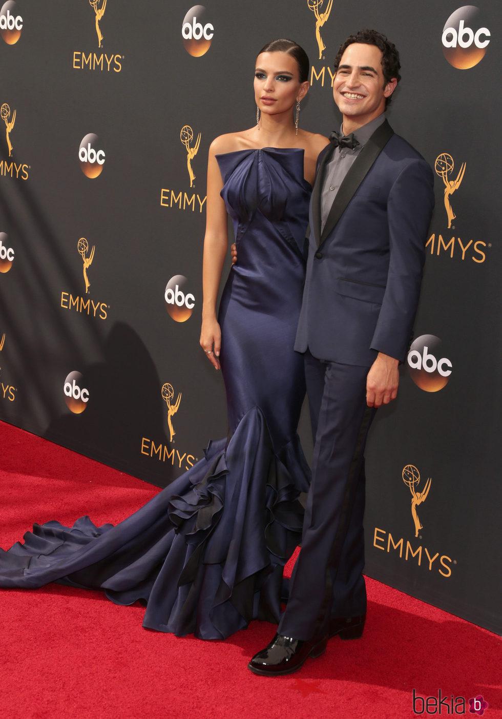 Emily Ratajkowski junto a Zac posen en la alfombra roja de los Premios Emmy 2016