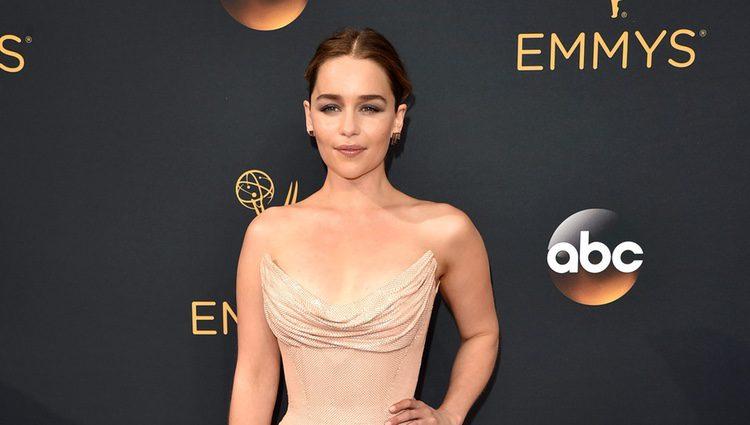 Emilia Clarke en la alfombra roja de los Premios Emmy 2016