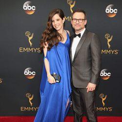 Christian Slater y Brittany Lopez en la alfombra roja de los Premios Emmy 2016