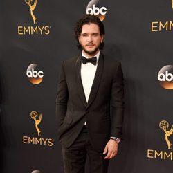 Kit Harington en la alfombra roja de los Premios Emmy 2016