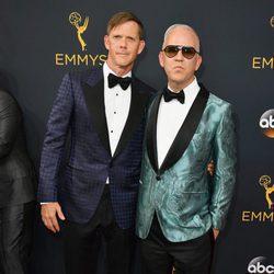 Ryan Murphy y David Miller en la alfombra roja de los Premios Emmy 2016