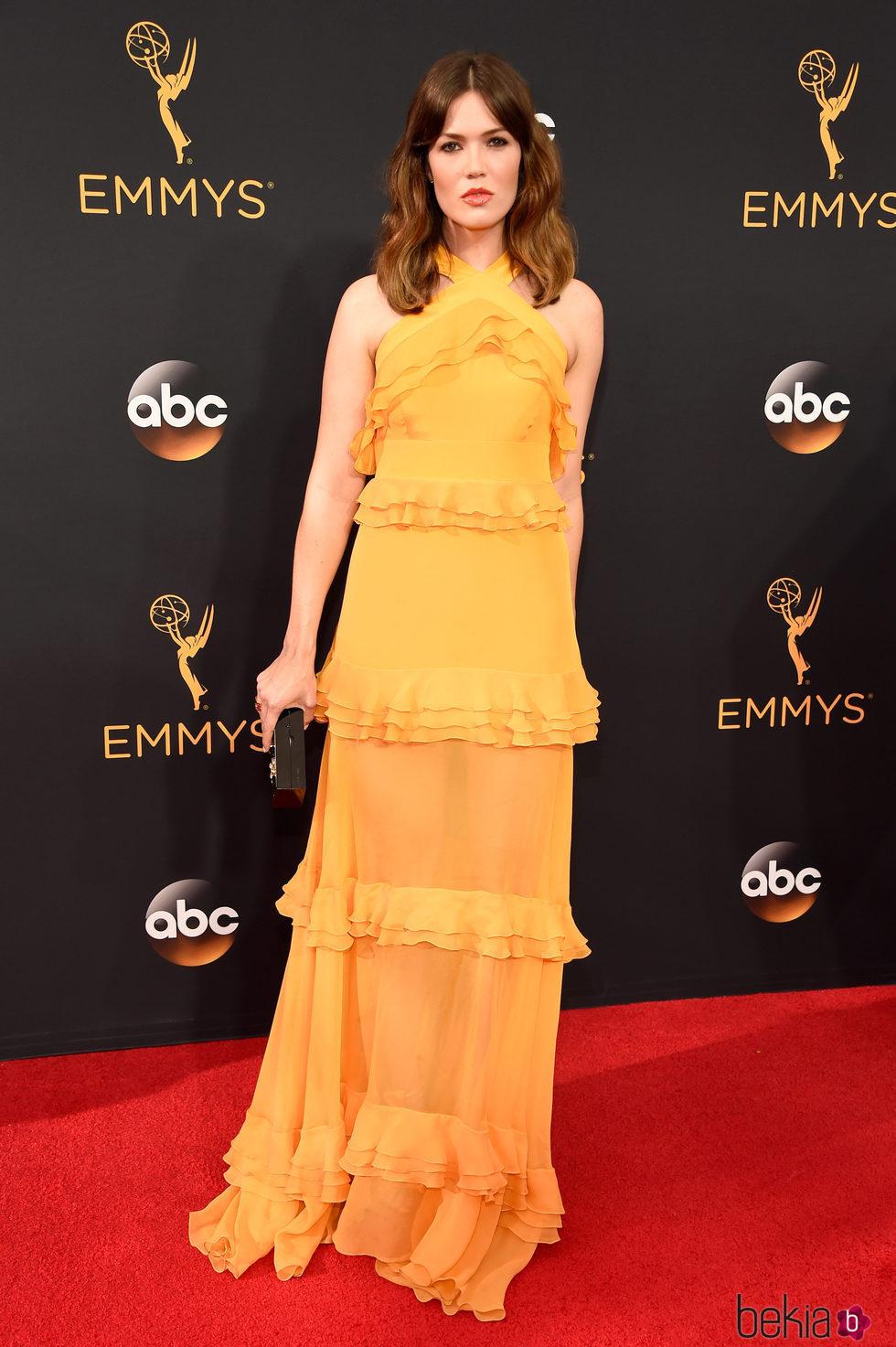 Mandy Moor en la alfombra roja de los Premios Emmy 2016