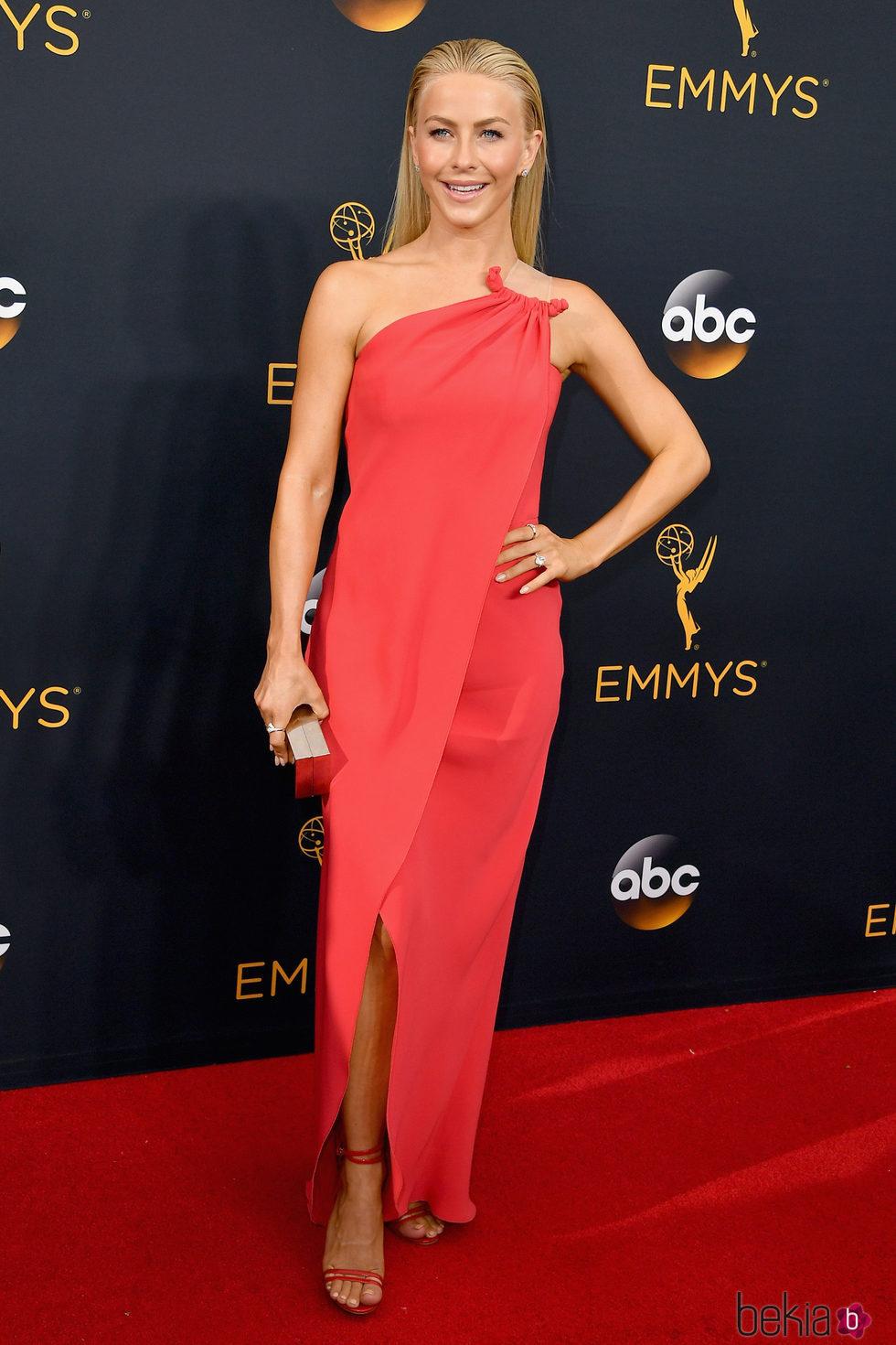 Julianne Hough en la alfombra roja de los Premios Emmy 2016