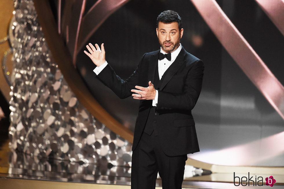 Jimmy Kimmel ejerciendo de maestro de ceremonias en los Emmy 2016