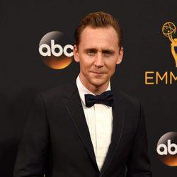 El actor Tom Hiddleston en la alfombra roja de los Premios Emmy 2016