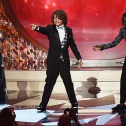 Millie Bobby Brown, Gaten Matarazzo y Caleb McLaughlin bailando en los Emmy 2016