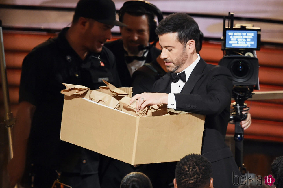 Jimmy Kimmel repartiendo sandwiches en los Emmy 2016