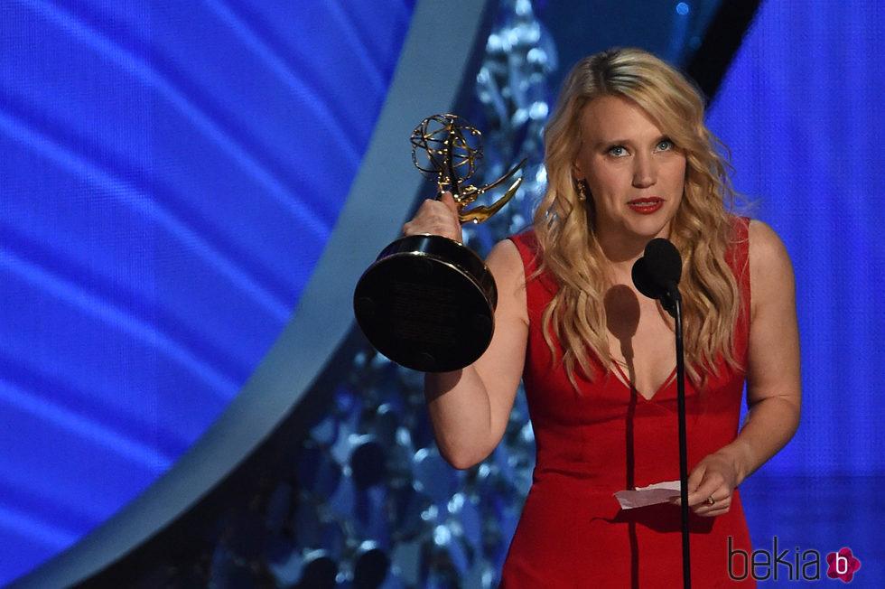 Kate McKinnon recogiendo el galardón a Mejor actriz secundaria de comedia en los Emmy 2016