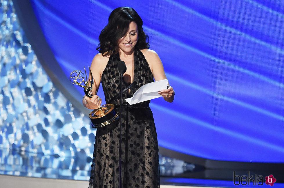 Julia Louis-Dreyfus recogiendo el galardón a Mejor actriz de comedia en los Emmy 2016