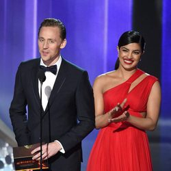 Priyanka Chopra y Tom Hiddleston en la gala de los Emmy 2016
