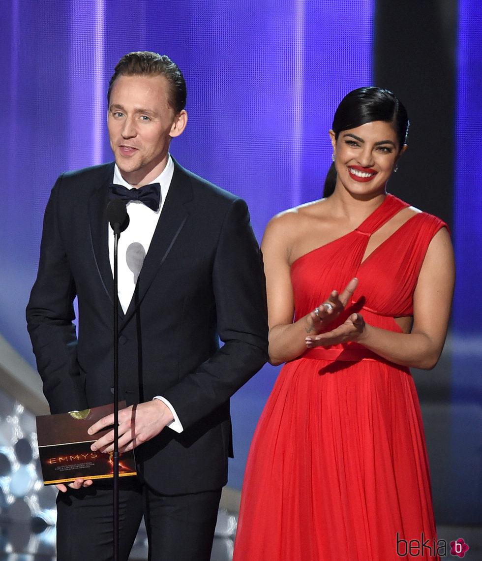 Priyanka Chopra y Tom Hiddleston en la gala de los Emmy 2016