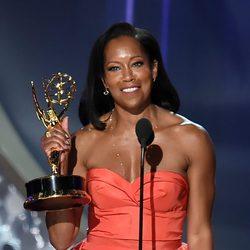 Regina King recogiendo su galardón a Mejor actriz secundaria de tv movie en los Emmy 2016