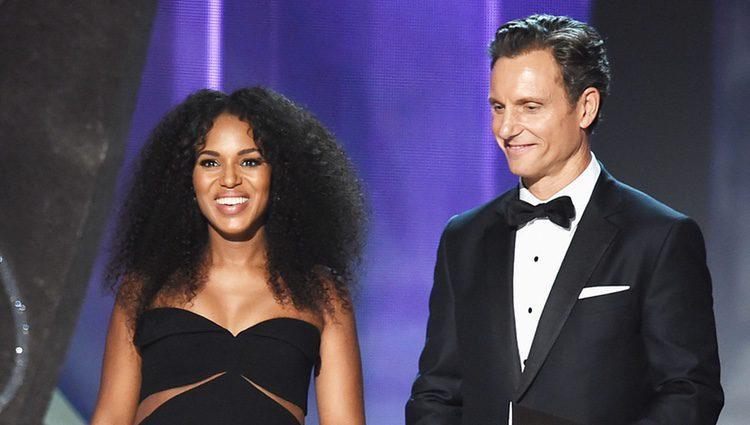 Kerry Washington y Tony Goldwyn en la gala de los Emmy 2016