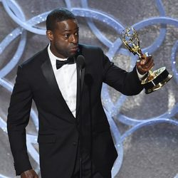 Sterling K. Brown recogiendo su galardón a Mejor actor secundario de tv movie en los Emmy 2016