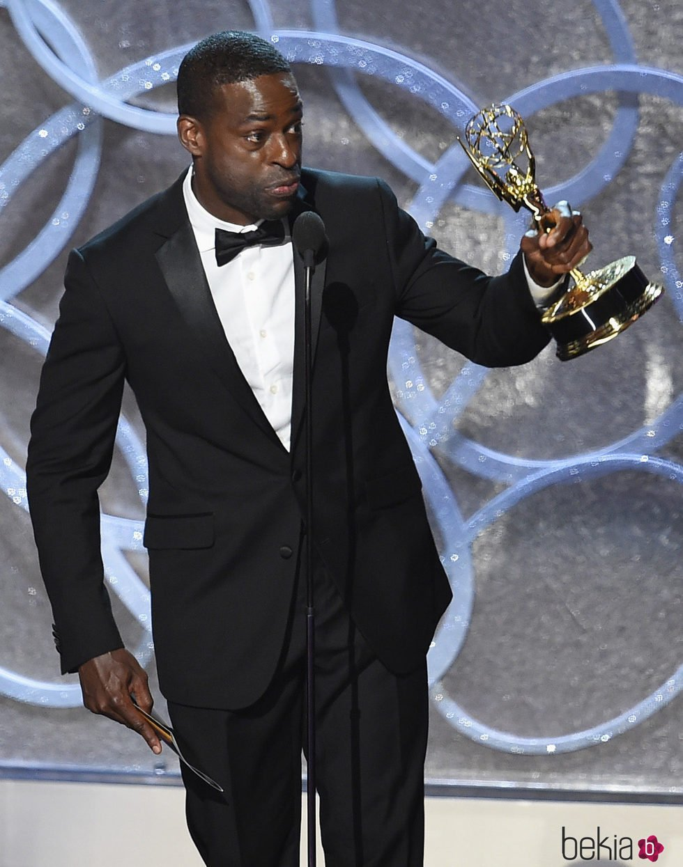 Sterling K. Brown recogiendo su galardón a Mejor actor secundario de tv movie en los Emmy 2016
