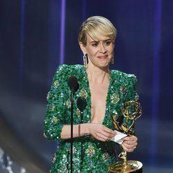 Sarah Paulson recogiendo el premio a Mejor Actriz Principal de Miniserie en los Emmy 2016