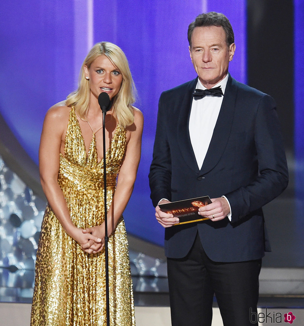 Claire Danes y Brian Cranston entregando uno de los premios de los Emmy 2016