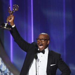 Courtney B. Vance recibiendo el premio a Mejor Actor Principal de Miniseria en los Emmy 2016