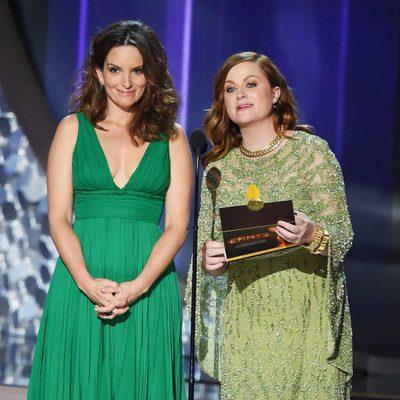 Tina Fey y Amy Poehler entregando un premio en la gala de los Emmy 2016