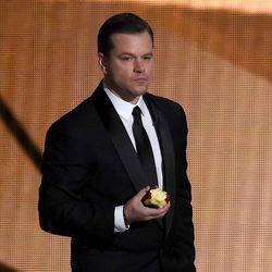 Matt Damon comiéndose una manzana en la gala de los Premios Emmy 2016