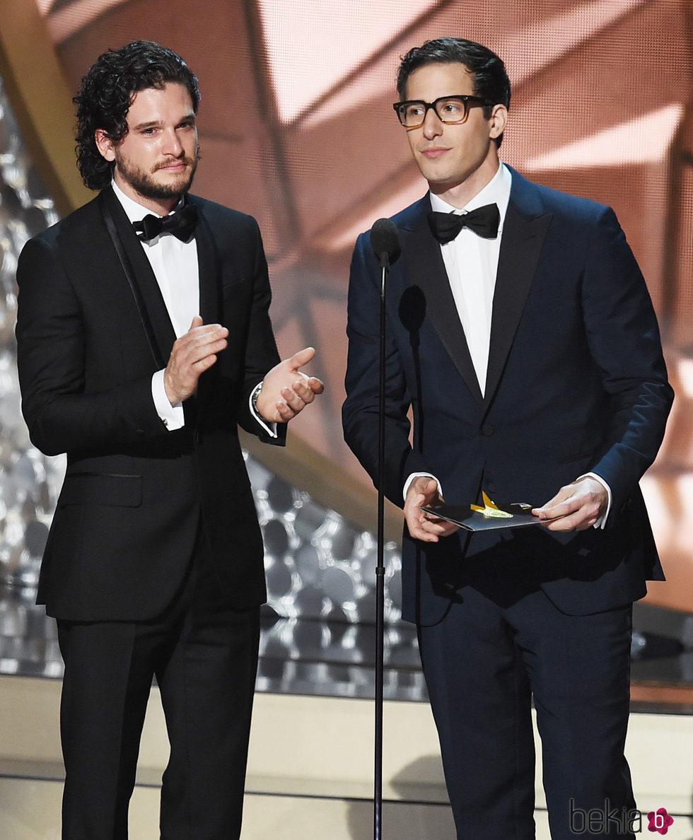 Kit Harington y Andy Samberg entregando un premio en los Premios Emmy 2016