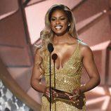Laverne Cox entregando un premio en la gala de Premios Emmy 2016