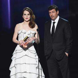 Michelle Dockery y Kyle Chandler entregando un premio en los Emmy 2016