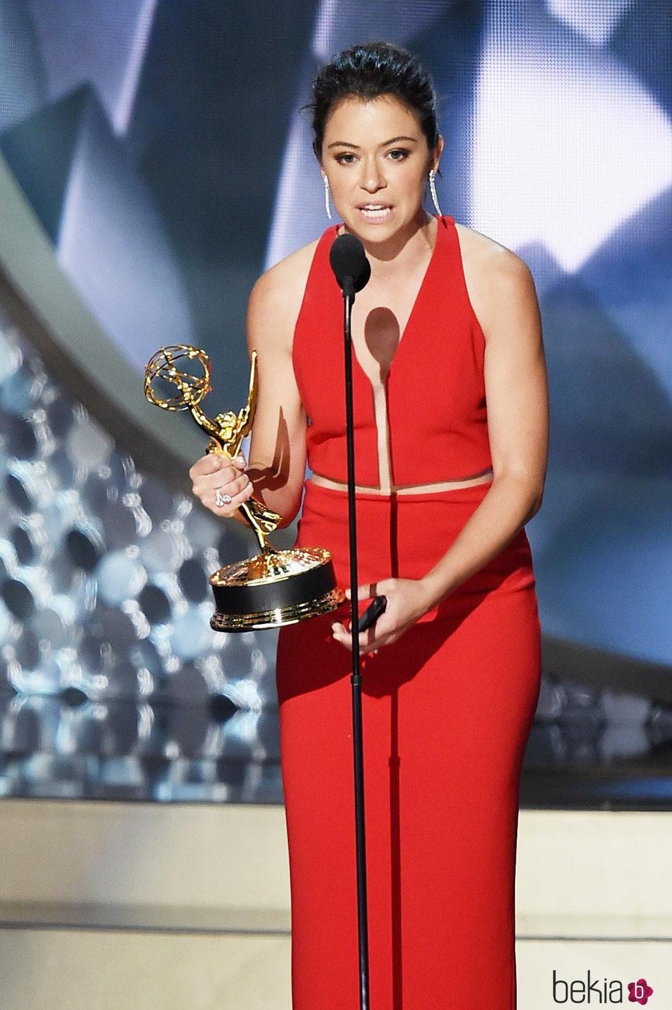 Tatiana Maslany recogiendo el premio a Mejor actriz de drama en los Emmy 2016