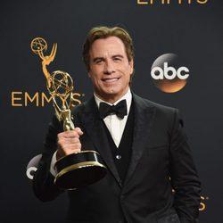 John Travolta con su premio de los Emmy 2016