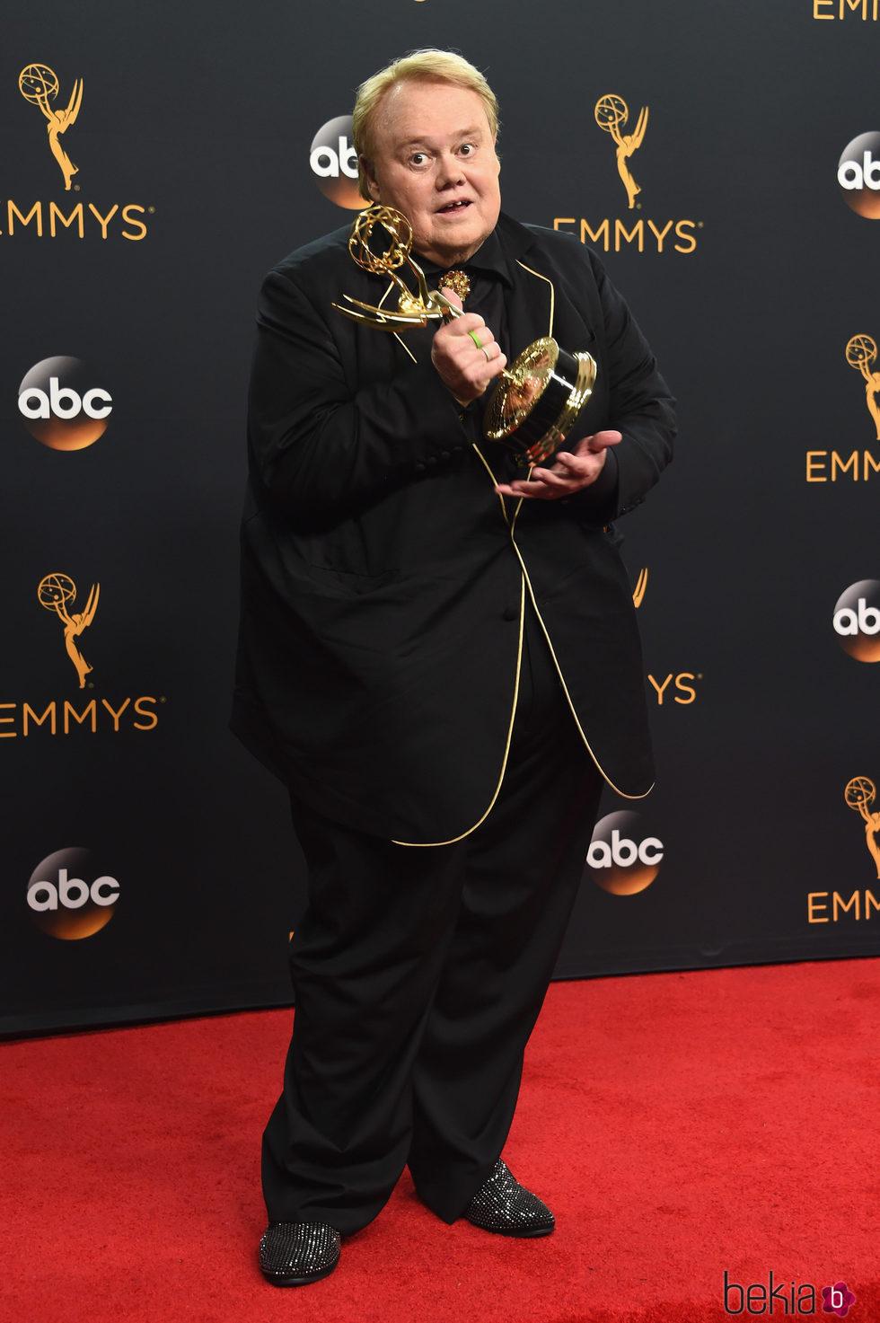 Louie Anderson con su premio a Mejor actor secundario de comedia de los Emmy 2016