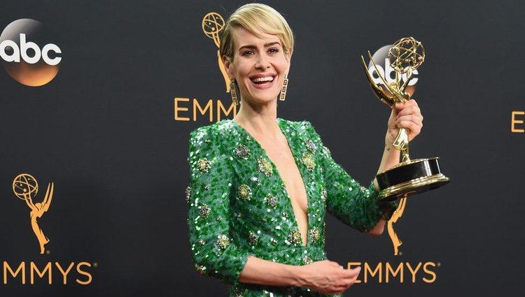 Sarah Paulson posa con su recién lograda estatuilla en los Premios Emmy 2016