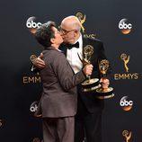 Jill Soloway y Jeffrey Tambor con sus premios de los Emmy 2016