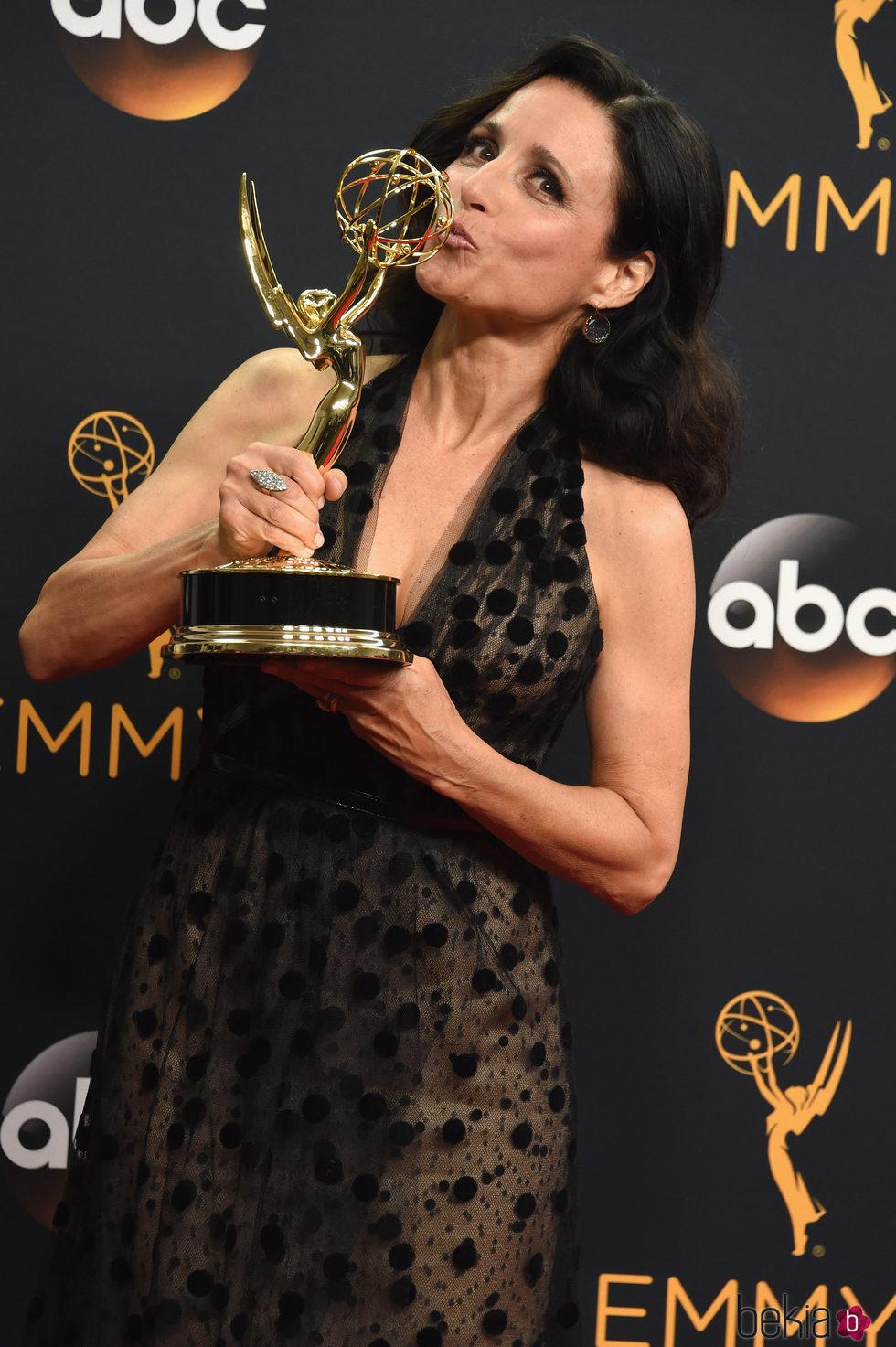 Julia Louis-Dreyfus emocionada al recoger su premio Emmy 2016