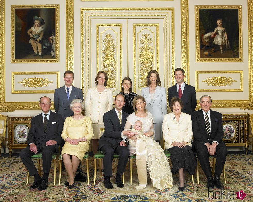 Lady Louise Windsor con sus padres, abuelos y padrinos en su bautizo