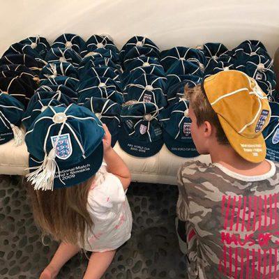Harper y Cruz ayudando a David Beckham a ordenar su colección de gorras de la selección de Inglaterra