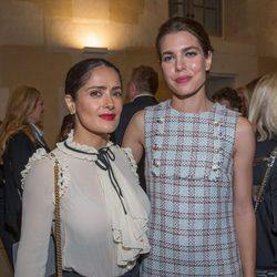 Salma Hayek y Carlota Casiraghi en la inauguración de una exposición en París