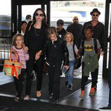 Brad Pitt y Angelina Jolie con sus hijos Maddox, Pax, Zahara, Shiloh, Vivienne y Knox en Los Ángeles