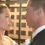 Angelina Jolie y Brad Pitt celebrando el día de su boda