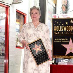Kathy Bates posa con su estrella en el Paseo de la Fama de Hollywood