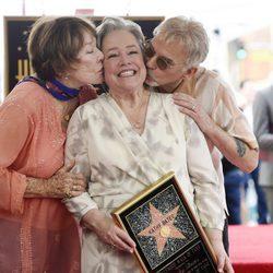 Kathy Bates es besada por Shirley MacLaine y Billy Bob Thornton