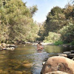 Raquel del Rosario bañándose en un río de California con su hijo Leo