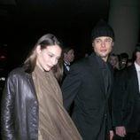 Claire Forlani y Brad Pitt
