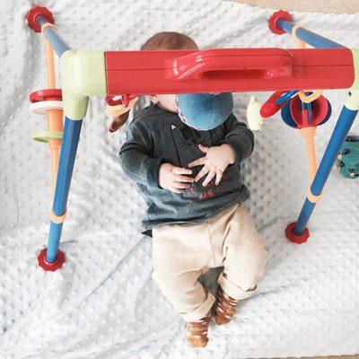 Lucas Casillas jugando con un gimnasio para bebés