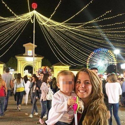 Yolanda ('GH 15') junto a su hija Valeria en la Feria de Albacete